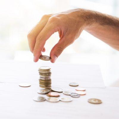 escritorio-oficina-monedas-apiladas_23-2148179139