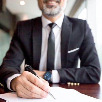 primer-plano-hombre-negocios-hacer-papeleo_1262-3718